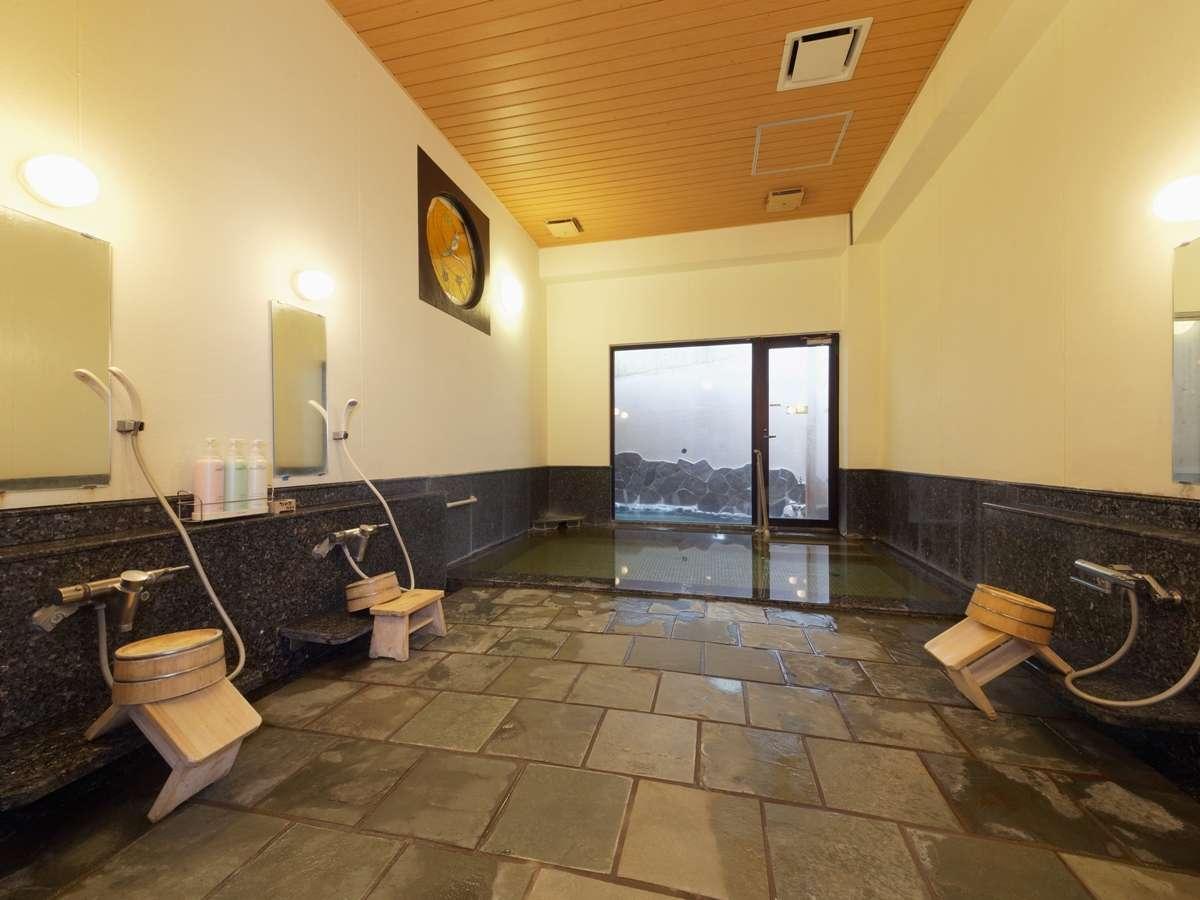 アルカリ分の高い自家源泉を使用した露天風呂付きの男女別浴室