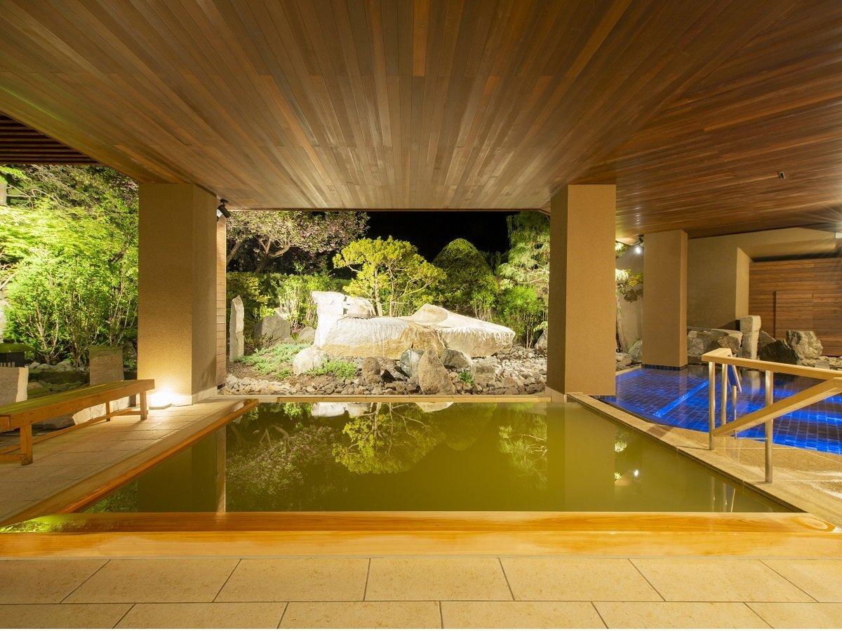 【月の湯】ライトアップされた庭園と心地よい夜風を楽しむ