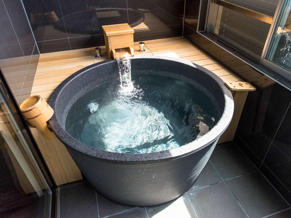 客室露天風呂には、陶器風呂タイプと檜風呂タイプのご準備がございます