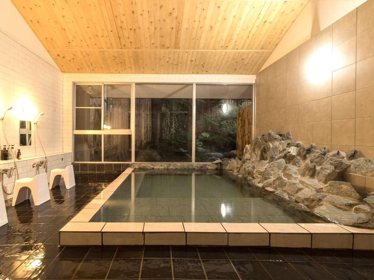加水・加温・塩素なしの源泉かけ流し。温泉の湯気がひばの香りを自然と引き立てます。