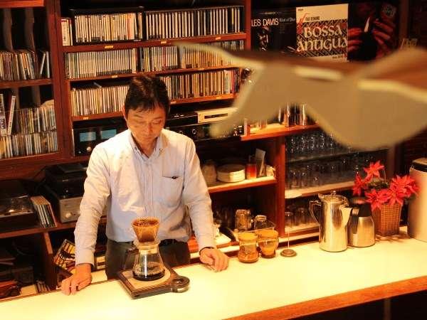 BARラウンジにてお好みでコーヒーやお酒などをご注文頂けます。