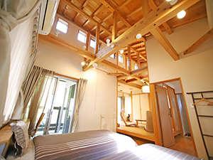 テラスにお風呂がついた内風呂付き特別室。森の自然にマッチした開放的な木造りの趣。