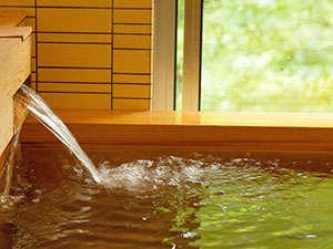肌触りが心地良いアルカリ硫黄泉。天候によっては良泉にみられる湯の花も。