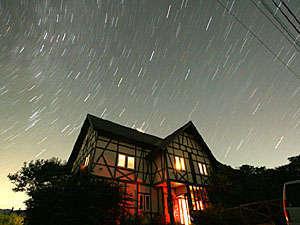 星の日周運動です。シャッターをひらきっぱなしにしておくと星の動きが撮影できます。