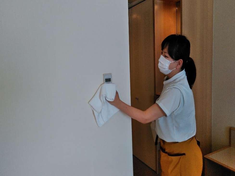 除菌清掃作業を実施しています。