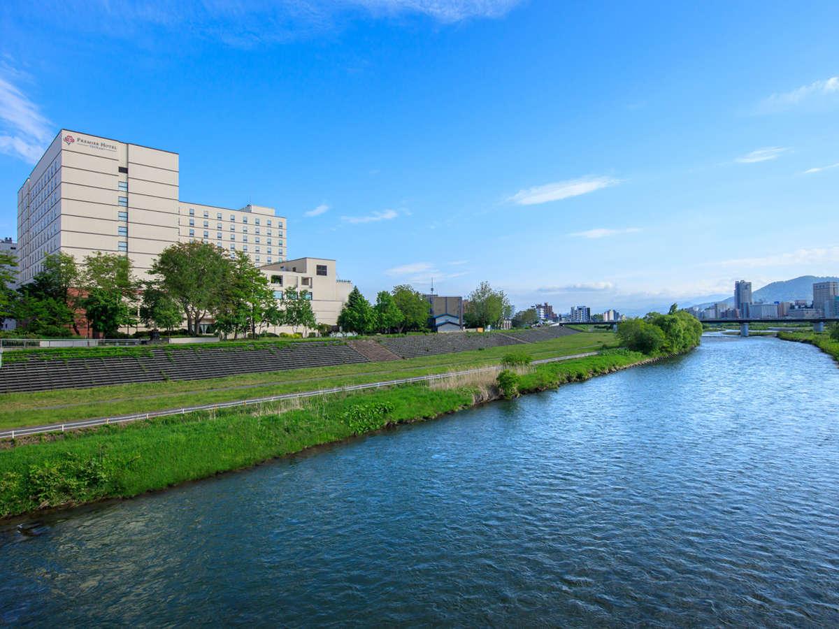 ススキノまで徒歩圏内にありながら豊平川に面し、緑と青に囲まれた都市リゾート。