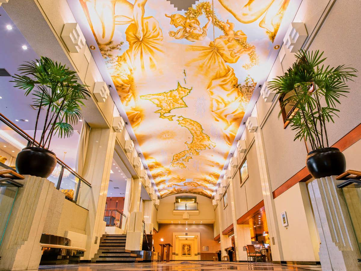 【ロビー】ヨーロッパの美術館を思わせる重厚感漂う空間。吹き抜けの天井に描かれた日本地図は圧巻です。