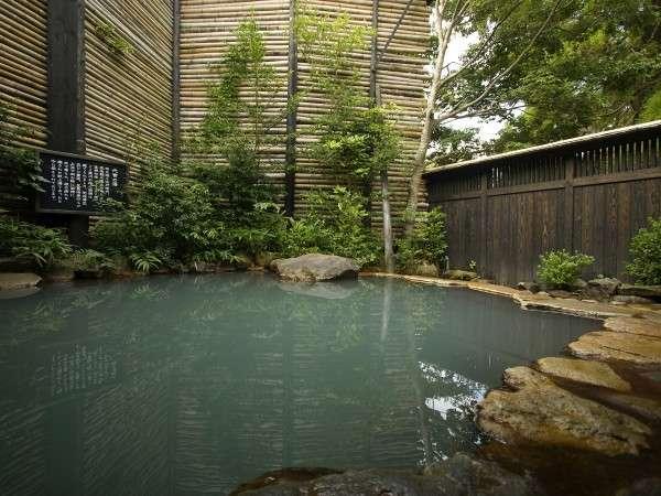 三百年の歴史、露天「代官の湯」はこんこんと湧き出る温泉はお客様の疲れを癒してくれる