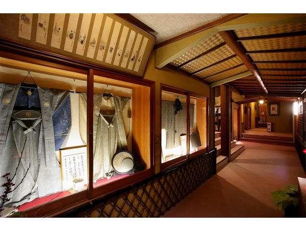 江戸時代の古美術が並ぶ館内