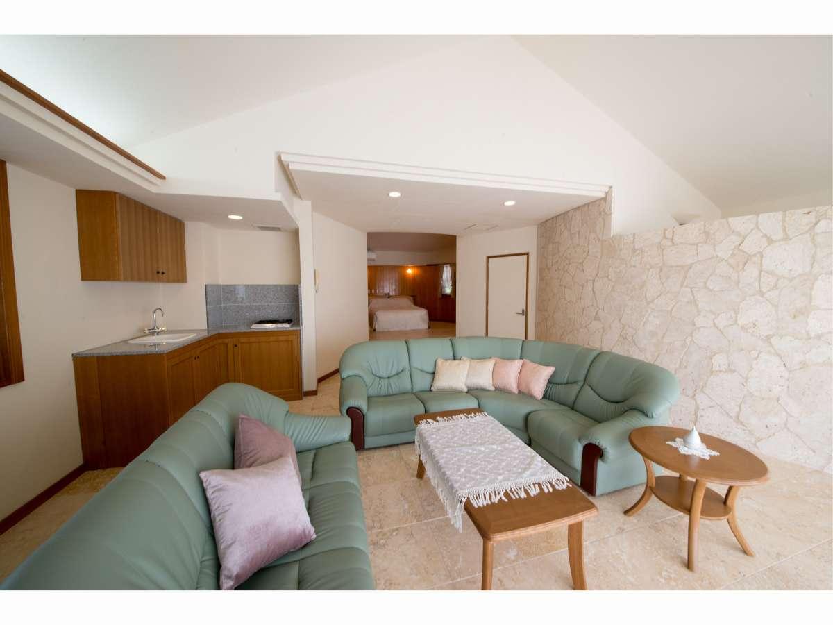 別邸リビング 奥にはベッドルームがございます。朝焼けを眺めながらモーニングコーヒーをどうぞ。