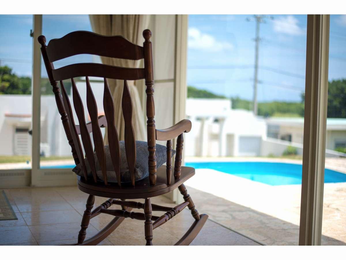 別邸のロッキングチェアに腰かけて・・波音にみみをすませば・・