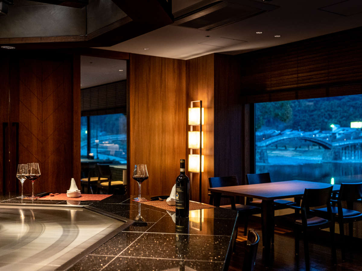 【鉄板焼/篝火-かがりび-】 落ち着いた照明のシックな空間で、ライブ感あふれる鉄板焼きを――。