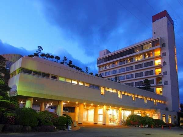 石和温泉駅から徒歩5分の好立地!甲府盆地を見渡す8階建てのホテルです。