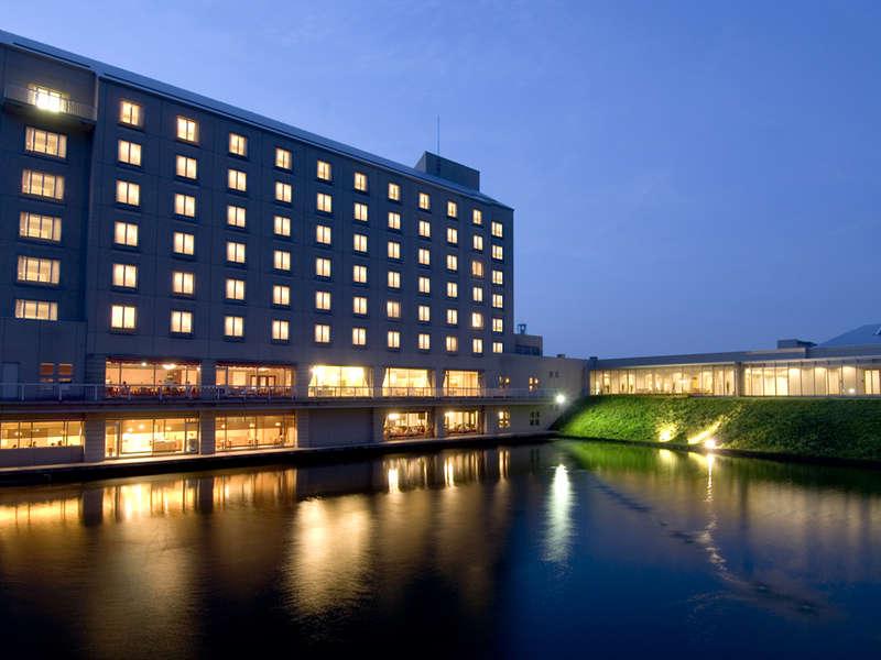 夜の外観。B1~1Fに見えるのはレストランやレジャー施設、2~7Fはすべて客室です。