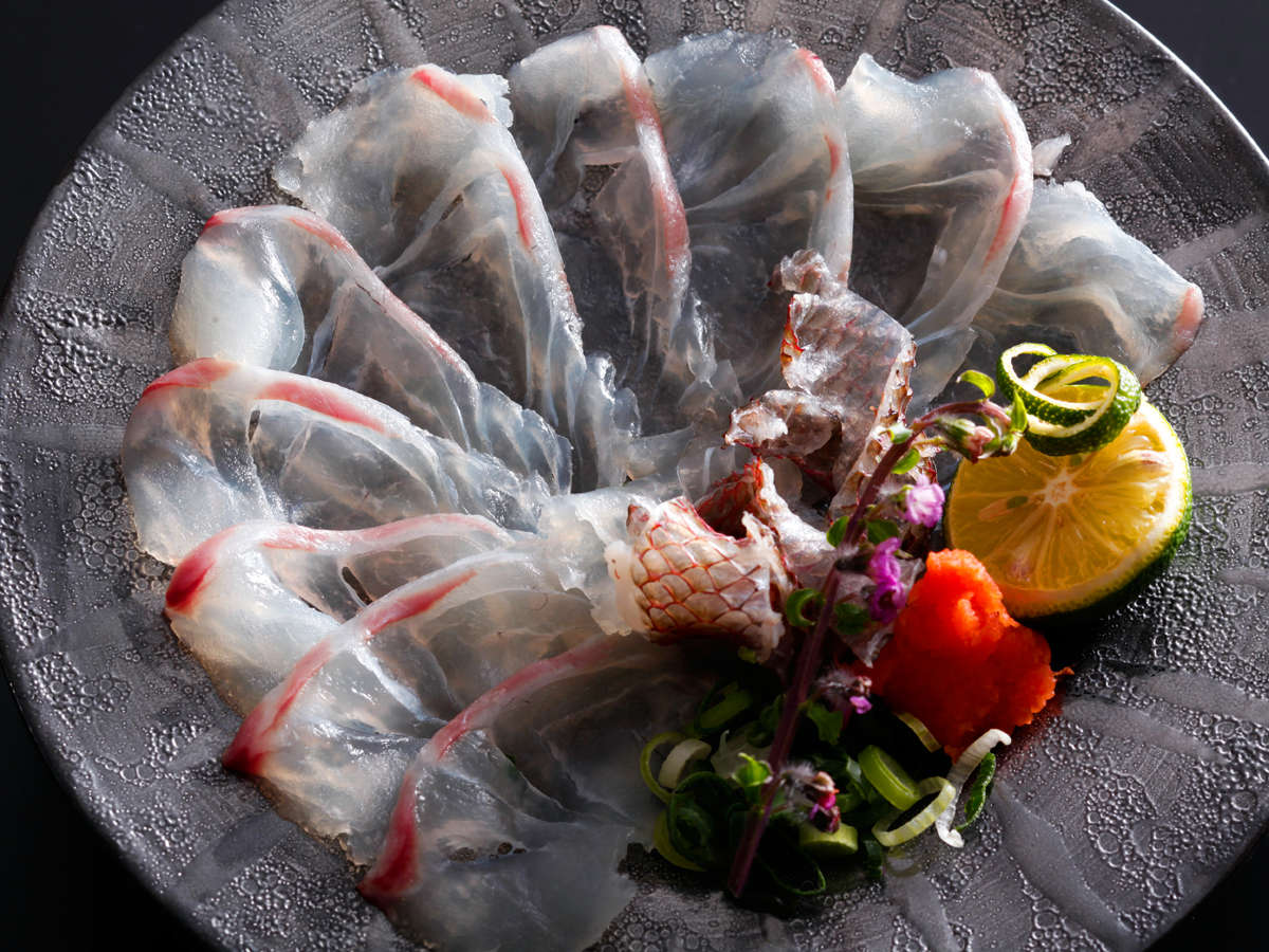 鳴門の潮に揉まれこりこりと身の締まった桜鯛を薄造りで。この季節ならではの贅沢な一品≪料理イメージ≫