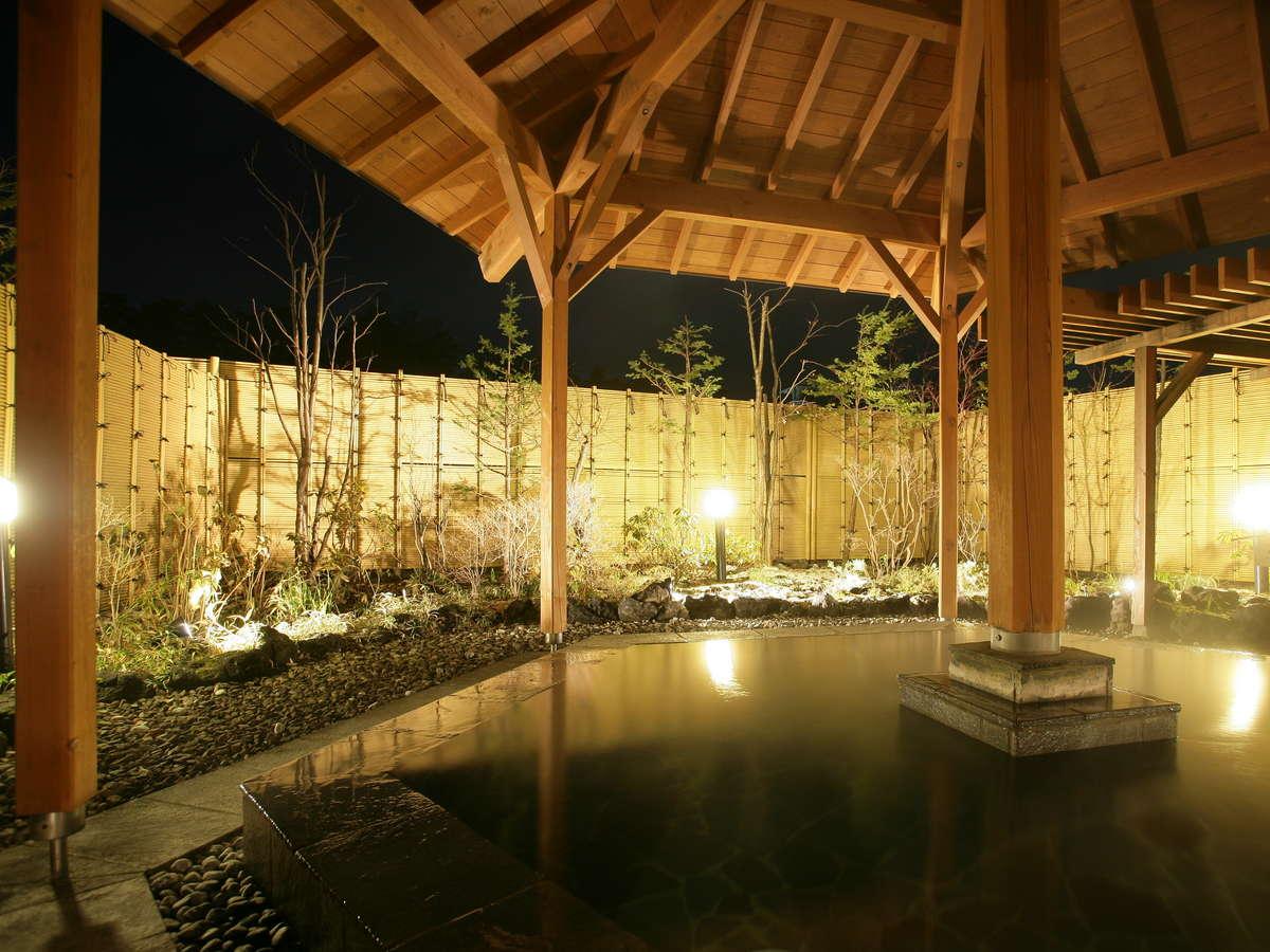雰囲気満点の露天風呂はさっぱりとした万代鉱源泉。内湯は硫黄タップリ白旗源泉!異なる2種源泉掛け流し
