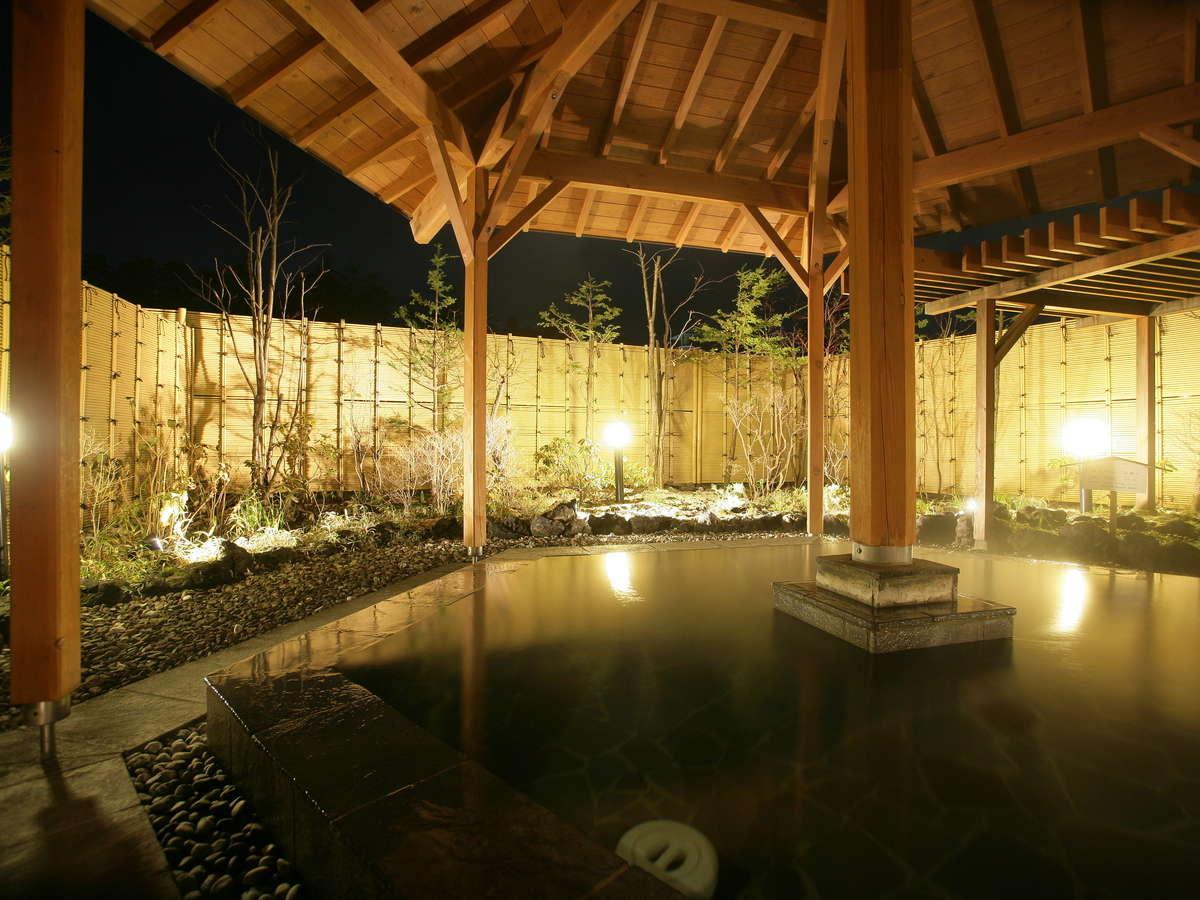 夜の露天風呂 幻想的に照らし出される湯船に、新鮮なお湯をたたえます。