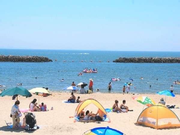 夏・徒歩2分、寺部ビーチ 整備された白い砂浜が人気(7月下旬)