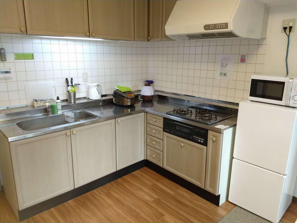 Lタイプ 大型キッチン ガスコンロ3口 フライパン・片手鍋・調理器具・食器類あり。
