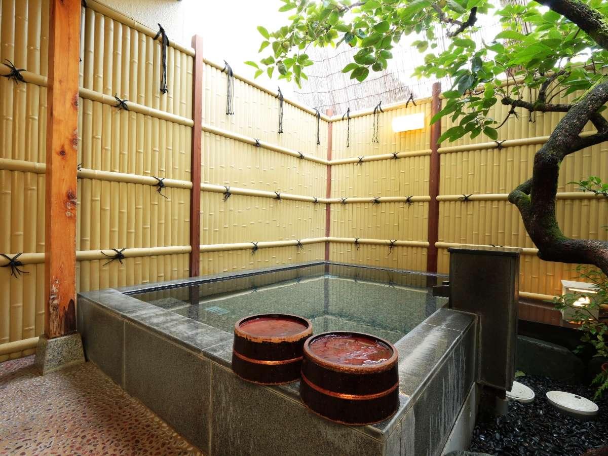 <貸切露天風呂>柿の木があり風情ある雰囲気です。