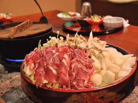 豪快に盛られた猪肉!主人自らさばくからこの価格!狩猟時期は運がよければ、さばく現場に立ち会えるかも