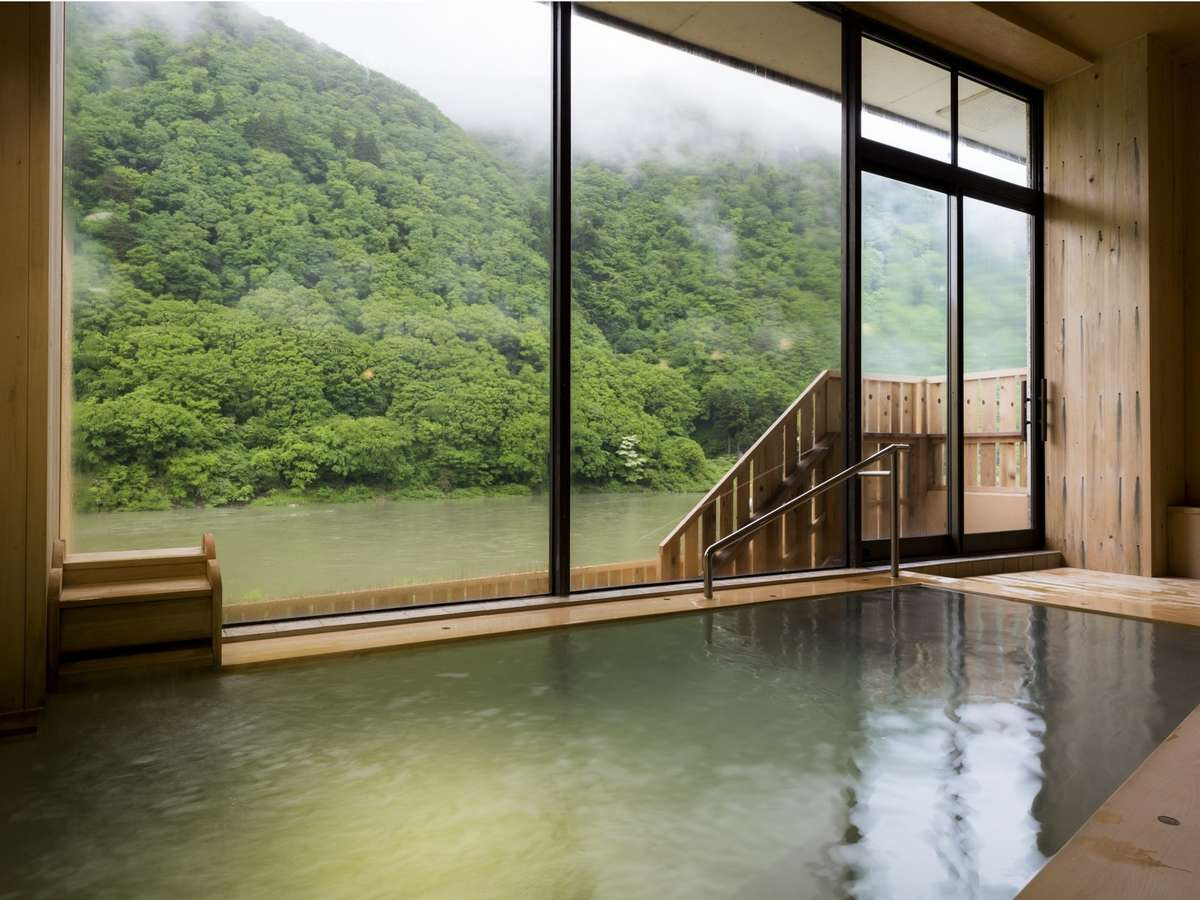 【総檜造りの温泉浴場】木の香りを感じながら、肌に優しい泉質の温泉に浸かる至福の時間