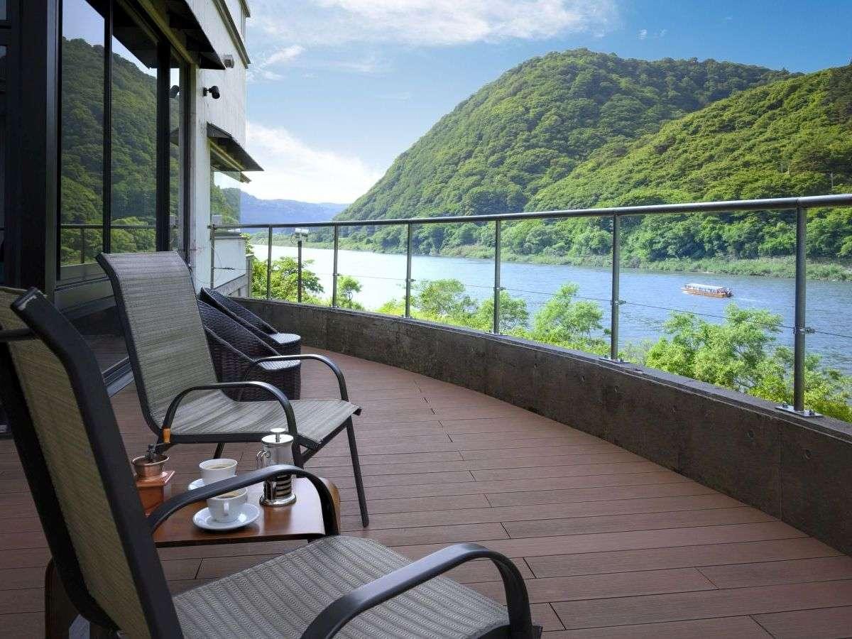 【最上川を身近に感じられるテラス】ラウンジから出入りでき、より一層景色をお愉しみいただけます