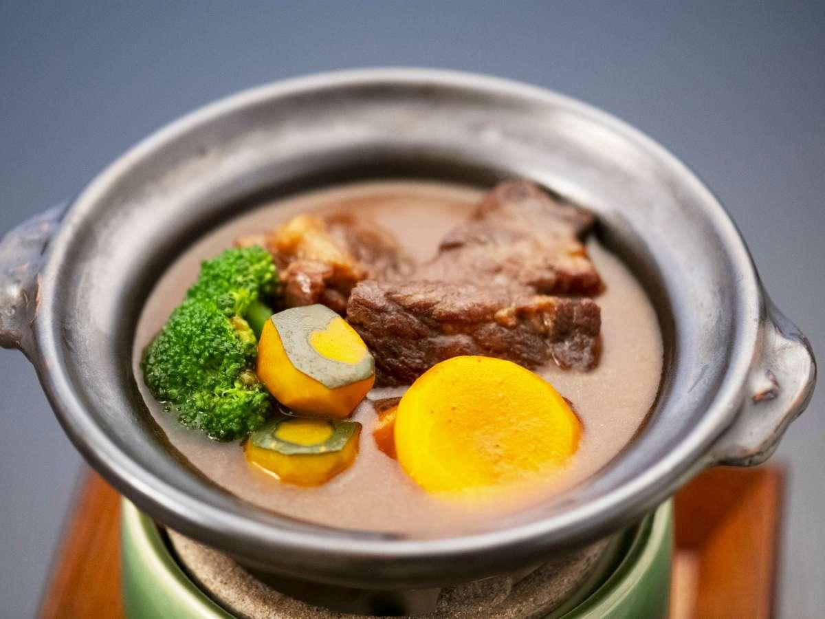 美熊野牛ワイン煮:おこもりプランでは贅沢お重弁当に加えて、美熊野牛ワイン煮を土鍋にてご提供。