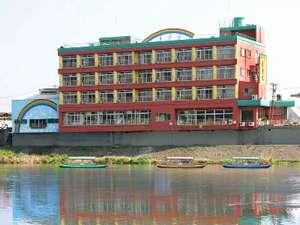 筑後川沿いにたたずむホテル花景色。筑後川のせせらぎと川風でゆったりおくつろぎ下さい。