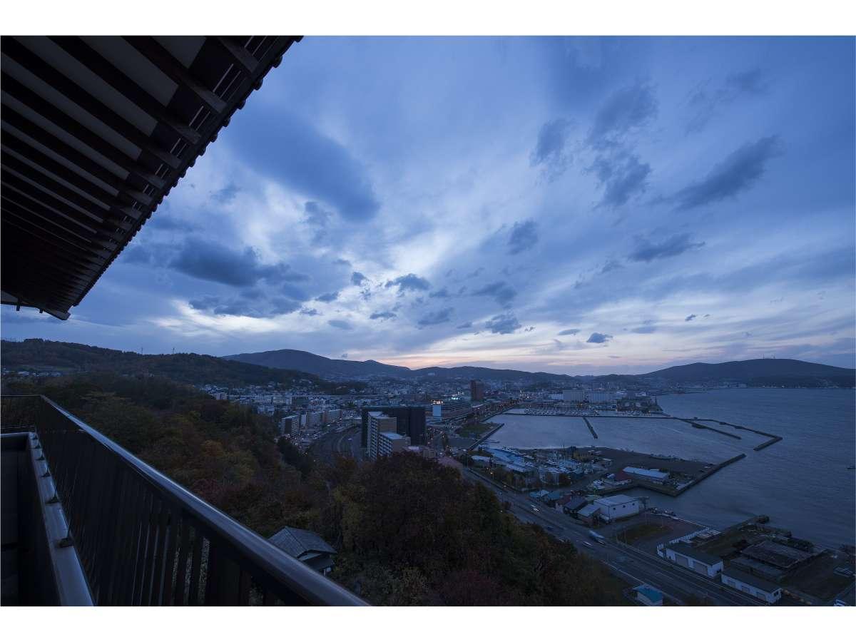 海の上で目覚める感動が贅沢に広がる、天空の客室『鶴』