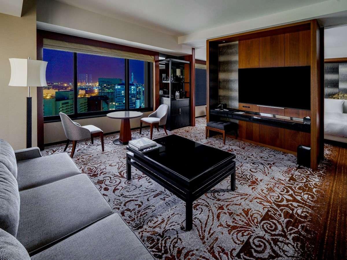 リビングにもベッドルームにも、それぞれに大型テレビを設置 /リージェンシースイートツイン/74㎡/14~17階