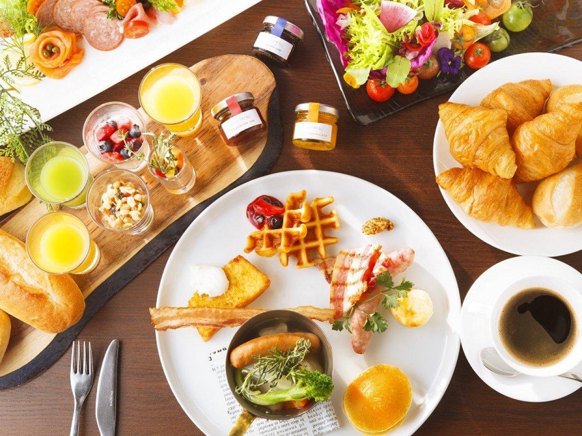 目の前で焼き上げるフレンチトースト、焼きたてパンやフレッシュスムージーなど多彩な朝食を。
