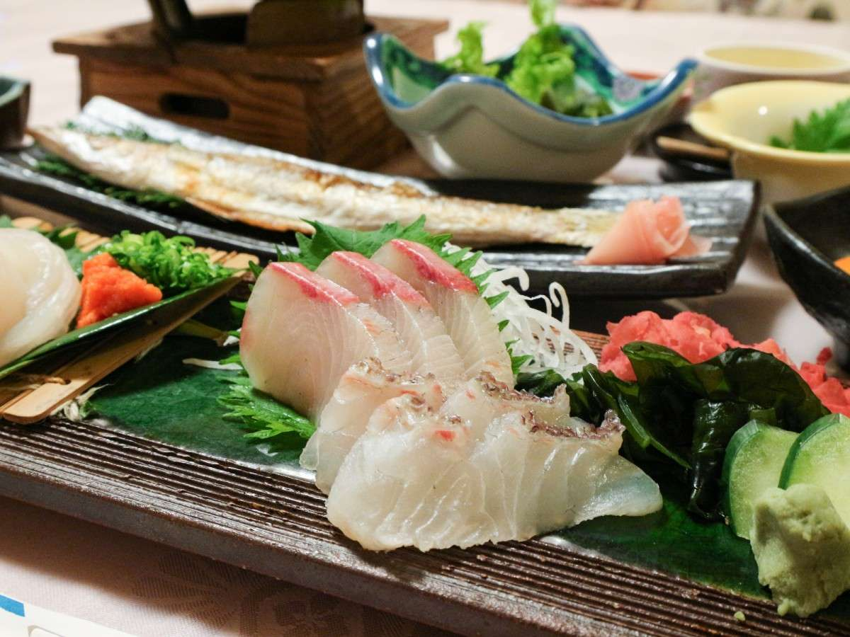 *【お料理】夕食には新鮮な季節のお刺身が出ます。