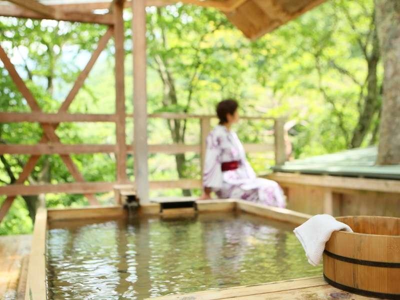 木々を眺めながらのんびりと。天空の小鳥風呂(角浴槽)