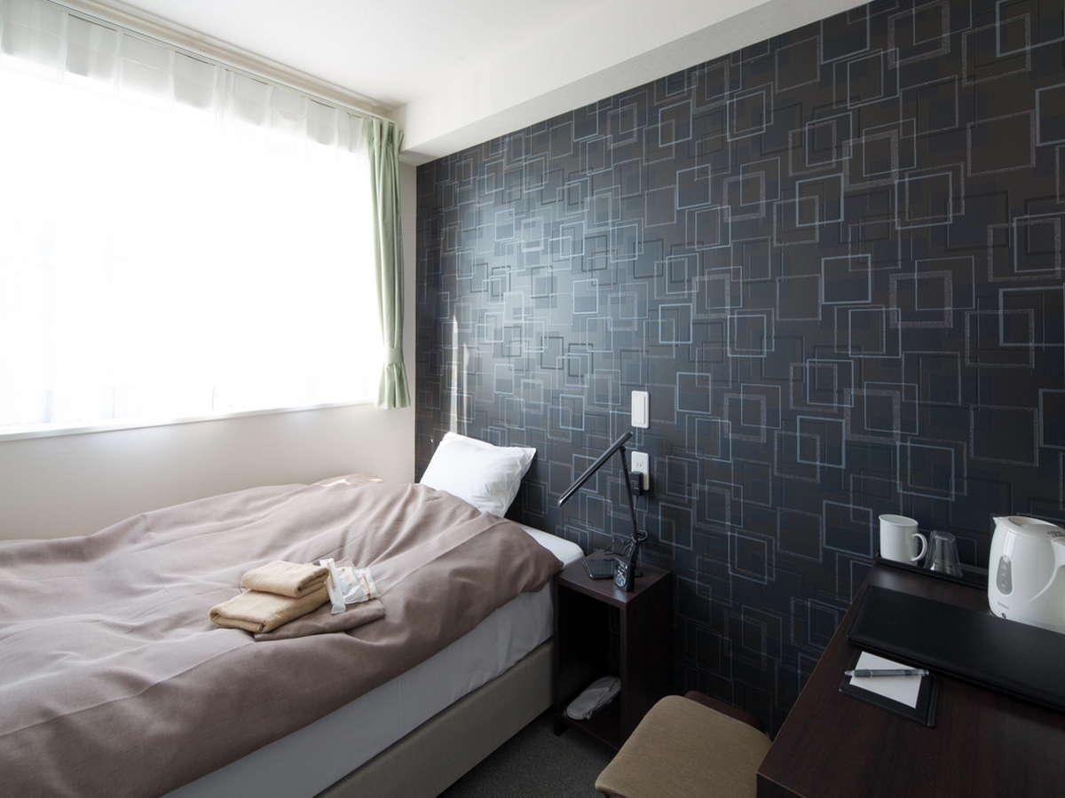 お部屋(シモンズ製セミダブルベッドでおくつろぎいただけます。)