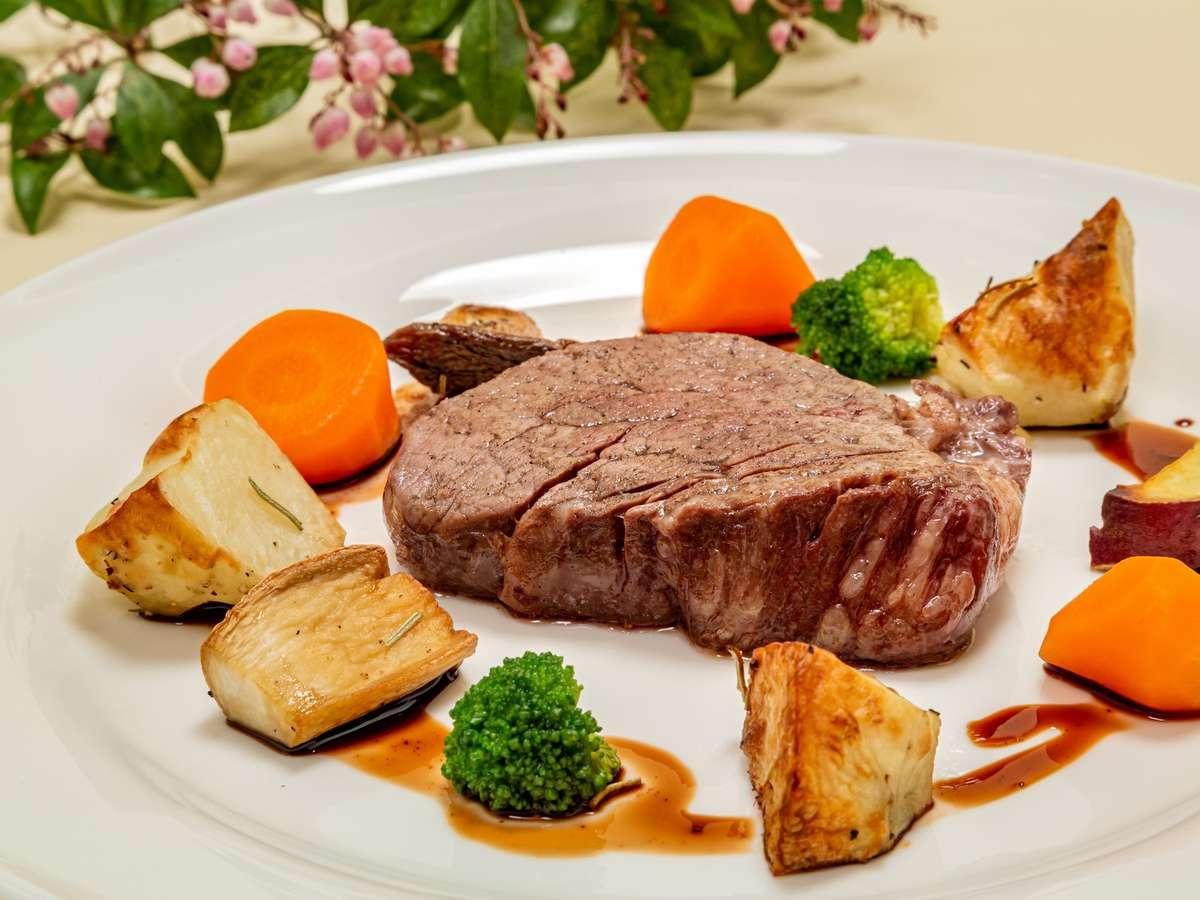 やっぱりステーキが食べたい♪溶岩プレートで焼いた「国産牛ヒレステーキ」