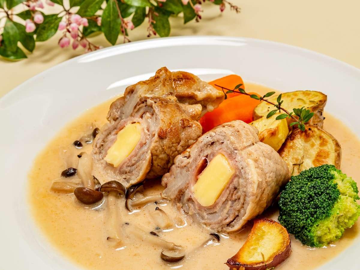 ご飯が進むね!ブランデー、白ワイン、生クリームで煮込んだ特製ソースの那須山豚のポークロール
