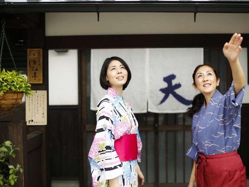 見上げれば、宿前から竹田城跡が望めます♪天空バス乗り場のJR竹田駅も徒歩1分の好立地♪