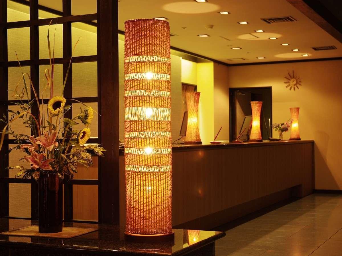 【4階フロント】小野のそろばんを使用した時計、豊岡杞柳細工の照明を設置し、和モダンなデザイン
