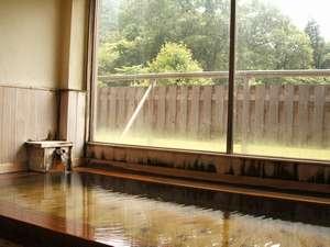 蕩々と自家源泉が注がれる「ひのき風呂」は男女別にあり。森に囲まれてかけ流しの湯を楽しんで