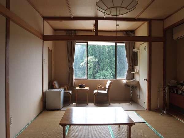 お部屋は全室トイレ付き。シンプルな作りでのんびりと過ごせます(一例)