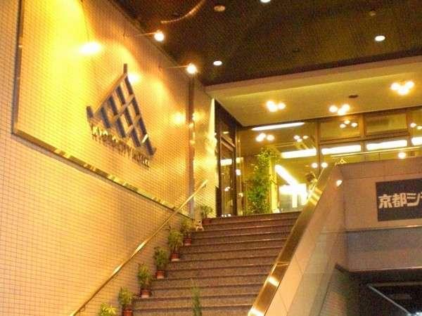 階段を上がって2階からがホテルです。(1階からエレベーターご利用いただけます)