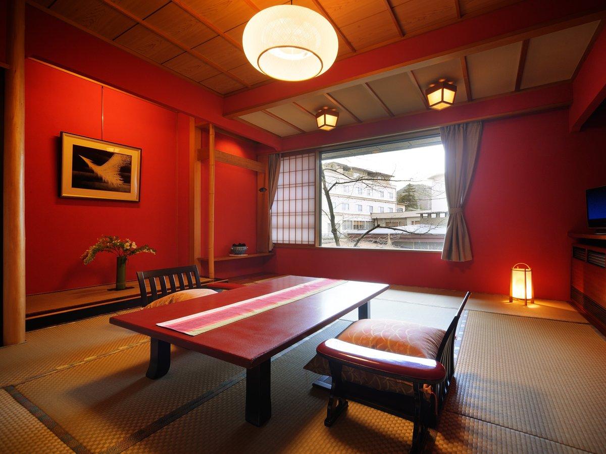 【禁煙和洋室】 赤を基調とした12畳の和室 窓からは中庭の日本庭園のパノラマを