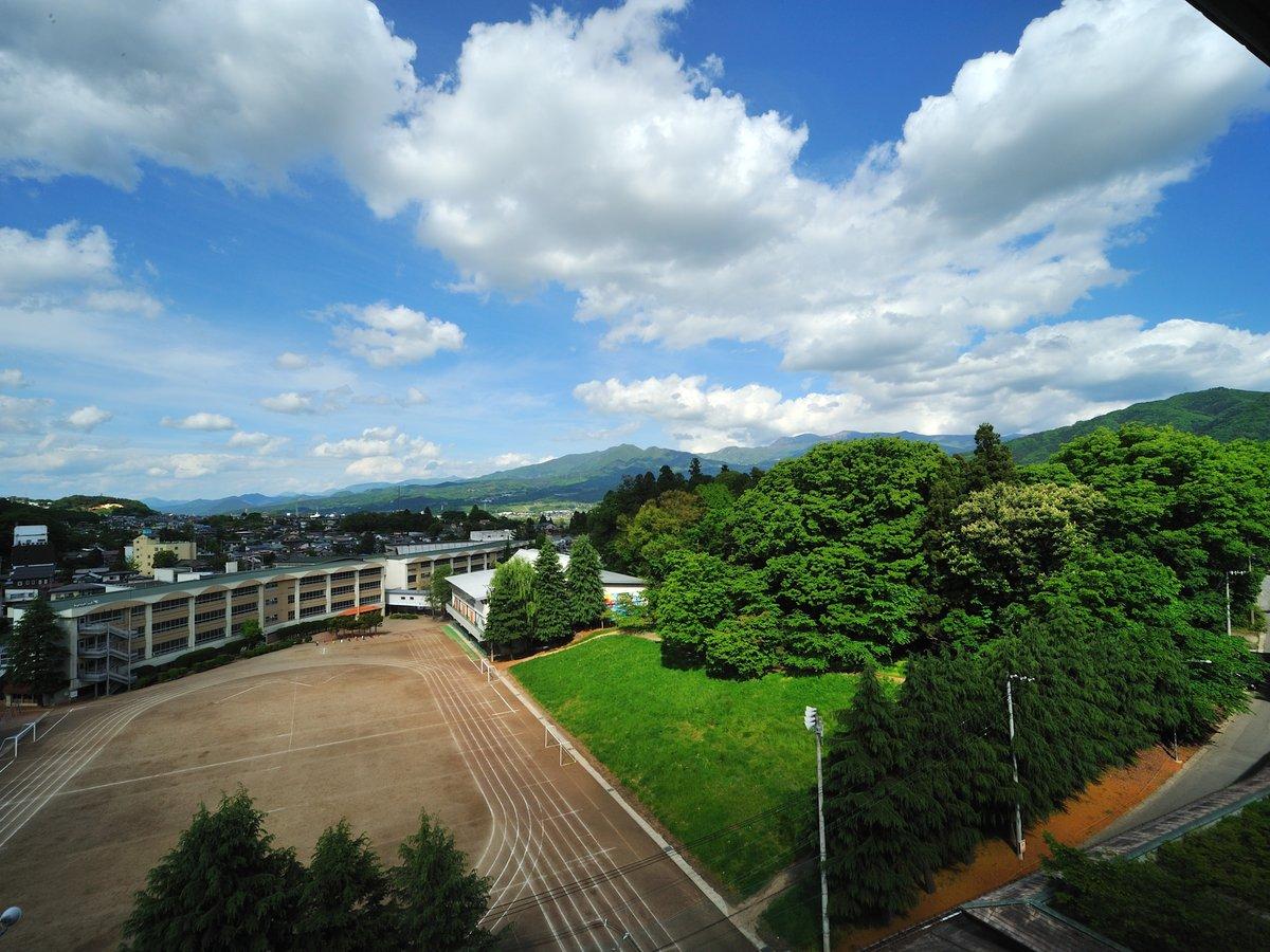 別館北の丸和室(山側の眺望) 自然豊かな山々や上山市内の街並みをお楽しみください