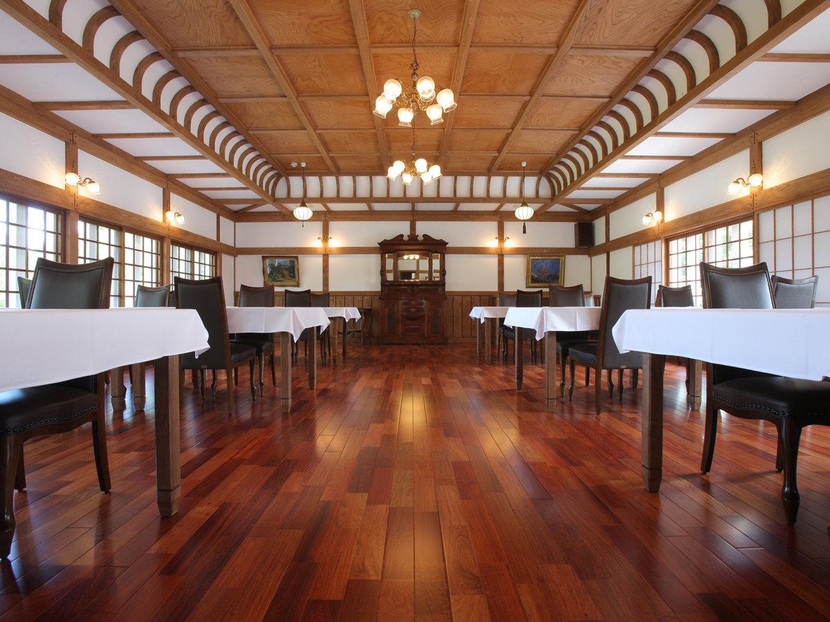 格子天井の美しいお食事会場「Dining」70畳ほどの床は全てかりんの板を使用。