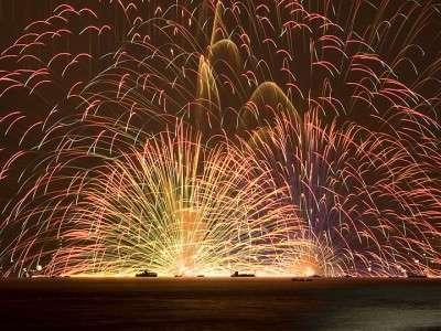 ■諏訪湖花火大会 諏訪湖ならではの水上スターマイン 一度は見たい諏訪湖の花火(諏訪観光連盟提供)