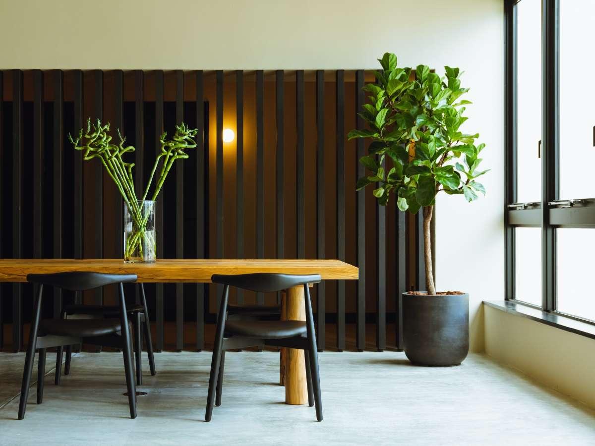ホテル建設前にあった酒蔵の梁を利用した松のテーブル