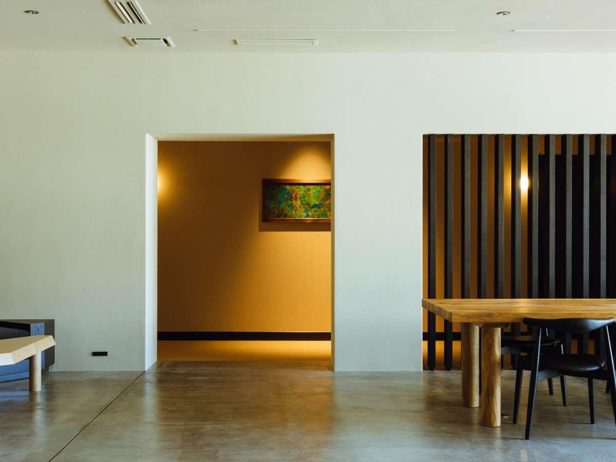 HOTELのラウンジ・廊下にはアート作品が並ぶラウンジ