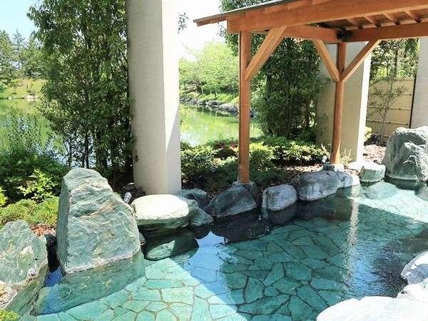 ひのき湯、塩サウナ、ジャグジー、釜風呂、趣深い露天風呂を設えた浴場を満喫!