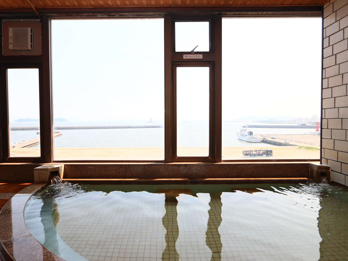 解放感溢れる大きな窓が自慢です。オーシャンビューの大きなお風呂です♪